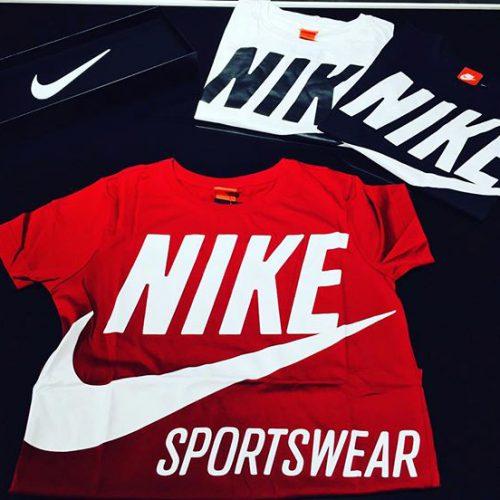 こんばんは ACESHOESSTUDIOなんばCITY店です☘ . NIKE新作ウェアのご紹介です︎ . 大きめの定番のロゴマークが可愛い一枚です . レッド・ブラック・ホワイトの着こなしやすい3色展開です . 是非皆さまお試しくださいませ🤙 . . NIKEウェア W BRS Tシャツ 878112 ¥3500+tax . .
