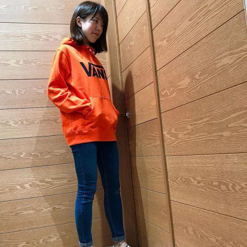 . こんにちは︎ ASSららぽーとTOKYO-BAY店です🌞 . . 先ほどアップしましたVANSフーディから 今季注目カラーのオレンジを着用︎︎ . 目にとまるビビットなカラーが コーディネートのワンポイントに なること間違いなしの1着です . VANS定番のチェッカースリッポンとの 相性も抜群です . . ぜひ店頭でお試しください︎ . . ︎VANS VANS LOGO BASIC HOODY ORANGE ¥8,400+tax. . .