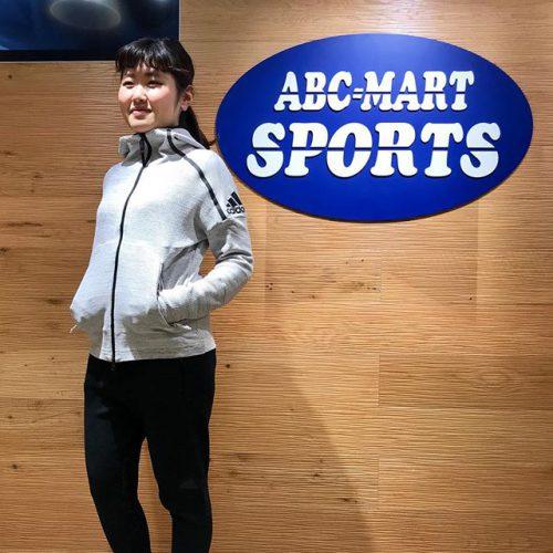 こんばんは 先程ご紹介した、Z.N.E.36Hフーディとalpha bounceのコーディネートになります︎ . スッキリとしたデザインでカッコよく着てもらえること間違いなしの一着です♀️ . ニット素材で着心地も良く、スポーツシーンだけではなく、おしゃれ着としても使ってもらえます️ . . adidas ◆TOPS W Z.N.E.36Hフーディ CE1969 PRL ¥17.000+tax . ◆PANTS W Z.N.E.36Hパンツ CF1466 BLK ¥11.000+tax . ◆SHOES Alpha BOUNCE city run W CG4672 ¥8.990+tax . .