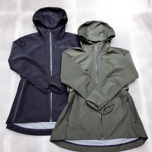 . こんばんは🌝 ABC-MART SPORTSららぽーと豊洲店です! . . 本日はNIKEから新作ウェアのご紹介です . Nike shieldテクノロジーで雨風をブロック! 柔らかくて暖かい裏地と リバーシブルのセルフベルトを採用した一着️ . . 是非こちら店頭にてお試しください𖤐 . 883490-010,355 ¥20,000+tax . . .