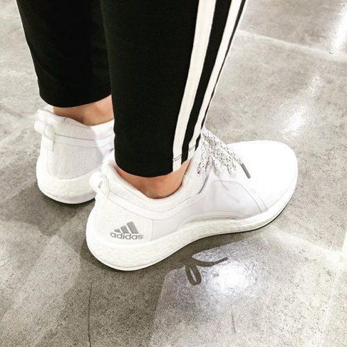 こんにちは ABC MART SPORTSなんばCITY店です! . . 続いてはadidasランニングシューズ pureBOOST X 2.0 のご紹介です! . . こちらは女性の足元をスッキリ見せる 女性のためのランニングシューズです🏼️ スッキリフィットしてくれるので心地よい履き心地となっております🏻♀️ これからランニングを始めようとお考えの方にオススメです🏼️ . ただいま adidas running fair ️ 期間限定特別特価にてご用意致しております! お買い得な今、是非店頭にてお試しください . . pureBOOST X 2.0 BY8926 WHT/SLV/BLK BY8928 CBN/SLV/BLK .