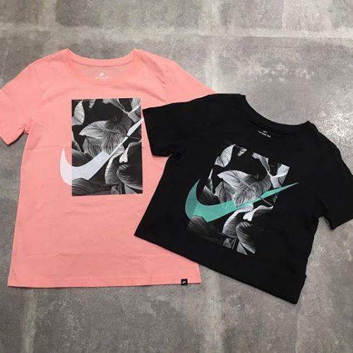 . こんばんは︎ ABC-MART SPORTSららぽーと豊洲店です! . . 本日は新作のウェアをご紹介します♀️ 春カラーのピンクもオススメのスウォッシュTシャツ これからの季節にピッタリな1枚となっております . . ぜひ店頭でお試しください︎ . . *T-shirt A02764-697 ¥3.500+tax . .