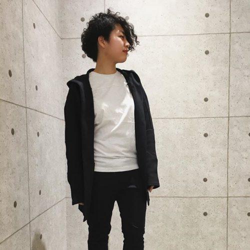 こんにちは! ABC MART SPORTSららぽーと湘南平塚店です . 本日はPUMAよりウェアのご紹介です . . スリムで綺麗なシルエットのパンツに 丈が長めのジャケットです😎 ジャケットは着物からインスパイアを受けていて サッと羽織るのに最適です . ジャケット M PACE キモノスウェット 01 ブラック ¥10,000+tax パンツ M PACE PRIMARY スウェット 01 ブラック ¥8,000+tax Tシャツ M PACE PRIMARY Tシャツ 02 プーマホワイト ¥4,000+tax シューズ IGNITE FLASH EVOKNIT 01 BLACK/WHITE ¥7,900