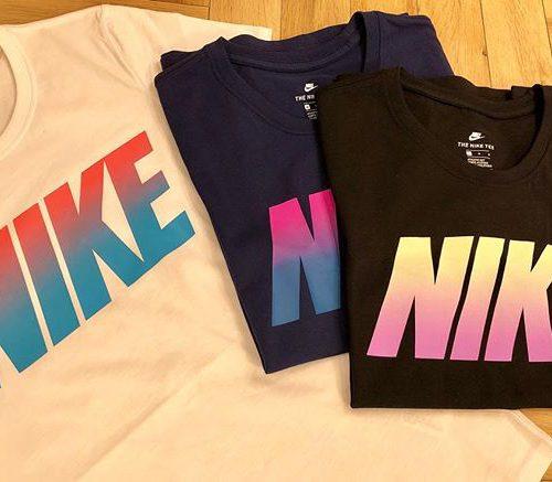 こんにちは ABC MART SPORTSなんばCITY店です . . 続いては NIKE Women's Tシャツのご紹介です🏼🧡 . . 胸のところにNIKEのロゴがグラデーションで入っているので、とてもキュートなデザインです . カジュアルに普段着として、またスポーツウェアとして、、、様々な使い方ができる1枚です! みなさんはどのカラーがお好みですか?️ . . W ナイキブロッククルーTEE W889445-010/100/429 ¥2,500+tax .