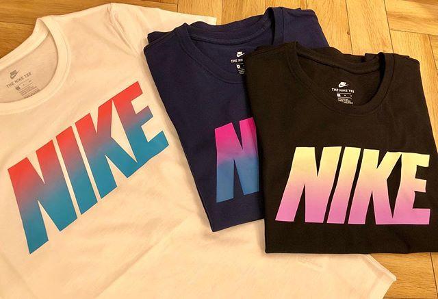 こんにちは<br /> ABC MART SPORTSなんばCITY店です<br /> . .<br /> 続いては NIKE Women&#039;s Tシャツのご紹介です🏼🧡<br /> .<br /> .<br /> 胸のところにNIKEのロゴがグラデーションで入っているので、とてもキュートなデザインです<br /> .<br /> カジュアルに普段着として、またスポーツウェアとして、、、様々な使い方ができる1枚です!<br /> みなさんはどのカラーがお好みですか?️<br /> .<br /> .<br /> W ナイキブロッククルーTEE<br /> W889445-010/100/429<br /> ¥2,500+tax<br /> .