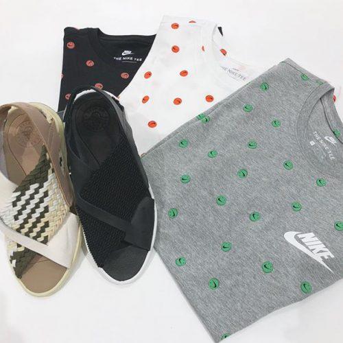 こんばんわ! ABC-MART SPORTS LECT店です! . 本日はエア ハラチウルトラウィメンズサンダルとナイキマークの口をしたニコちゃんTシャツをご紹介させて頂きます︎ . ハラチサンダルは暖かい日に涼しく快適な履き心地を提供します!これからの季節にはぴったりのサンダルです Tシャツは全体的に配した[Have a Nike Day]笑顔グラフィックが目を惹くスタイルになってます🤤 ぜひ店頭にてご試着してください️ . Nike W AIR HUARACHE ULTRA w885118A ¥16,000+tax . M CNPT ブルーTシャツ4AOP 911965 ¥4,000+tax .