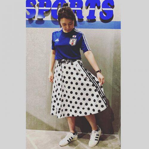 こんにちは ABC MART SPORTSなんばCITY店です . . 2018年ワールドカップ開催まであと少しとなりました そこで今回ご紹介するのはADIDASからJFAホームTシャツです! . . 女性の方でもスカートと合わせて可愛くコーディネートできちゃいます 可愛く着こなして、みんなで日本を応援しましょう️ . . 18JFAホームTシャツ BR3641 ¥3,990+tax . MIDI SKIRT CW1385 ¥8,690+tax . SUPERSTAR 80s G61070 ¥14,000+tax .