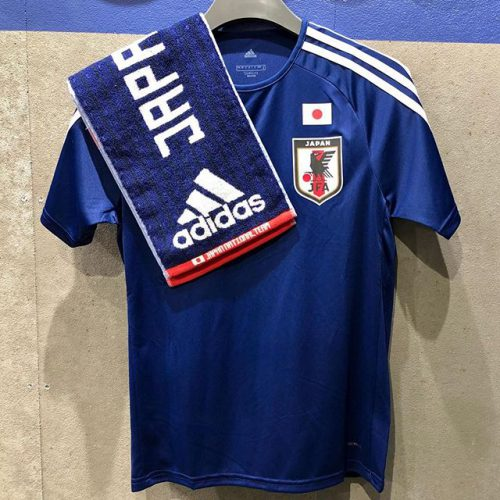 こんにちは ABC MART SPORTSなんばCITY店です . . 2018年ワールドカップ開催まであと少しとなりました そこで今回ご紹介するのはADIDASからJFAホームTシャツです! . . 汗も素早く吸収して発散してくれるので、着心地も抜群 みんなで日本代表ユニフォームでW杯を盛り上げていきましょう️🏅 . . 18JFAホームTシャツ BR3641 ¥3,990+tax . 18JFAジャージタオル CX2178 ¥2,430+tax .