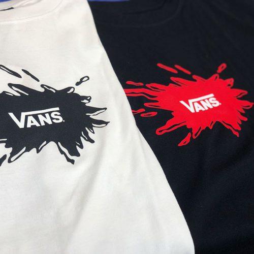 こんにちは! ABC-MART SPORTS モザイクモール港北店です ・ ・ VANSから新作TEEのご紹介です!! ・ ・ スプラッシュロゴで、夏らしくクールなデザインのTシャツです!! 中央にスプラッシュロゴをあしらったインパクトのあるデザインと、定番のスケートロゴタイプの2種類でご用意しております! ・ ぜひ店頭にてお試しください! ※一部取り扱いのない店舗もございます。 ・ ・ ・ 《about》 ・Splash SKBOTW S/S // VA18HS-MT13 BLACK・WHITE ¥4,200-(+tax) ・Splash Flying-V S/S //VA18HS-MT14 BLACK・WHITE ¥4,000-(+tax) ・ ・