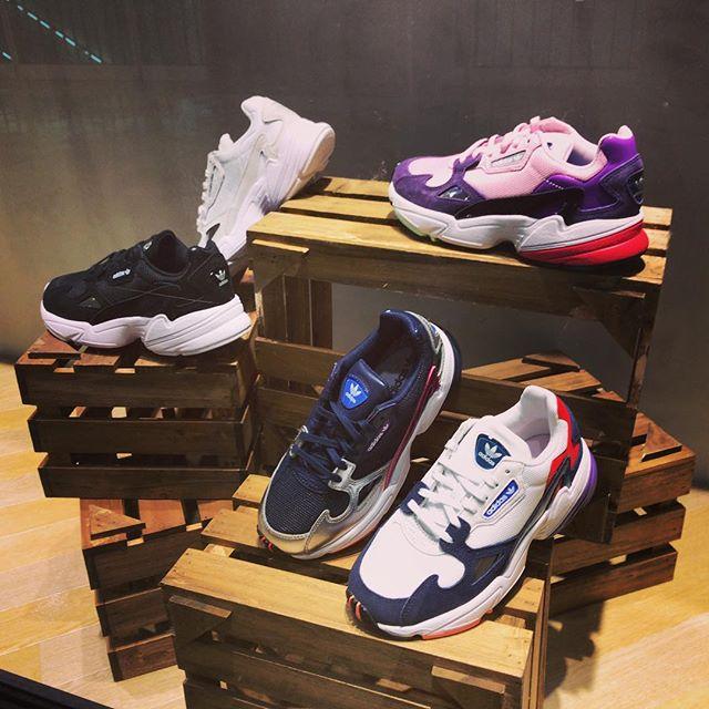 こんにちは!<br /> ABC-MART SPORTSトレッサ横浜店です🦁<br /> .<br /> .<br /> 本日はadidasの人気シリーズから新色のご紹介です!<br /> .<br /> 【adidas FALCON W】<br /> .<br /> マラソン用のランニングシューズとしてリリースされた<br /> 「adidasFalcon Dorf」を譲り受け、<br /> その先代のシルエットを現代的なモデルへとアップデートした1足。<br /> .<br /> カラフルなカラーを組み合わせた存在感のあるデザインと、<br /> ベーシックなモノクロカラーのデザインに、<br /> それぞれメタリックカラーがポイントで入っています!♬<br /> .<br /> 見た目以上に軽いので履き心地も<br /> .<br /> 左から<br /> B28128<br /> B28129<br /> CG6213<br /> CG6246<br /> BD7825<br /> ALL ¥9,990+tax<br /> .<br /> レディースサイズのみの<br /> 展開となっております<br /> .<br /> 店舗によりお取り扱いのない場合がございますのでご了承くださいませ♀️<br /> .