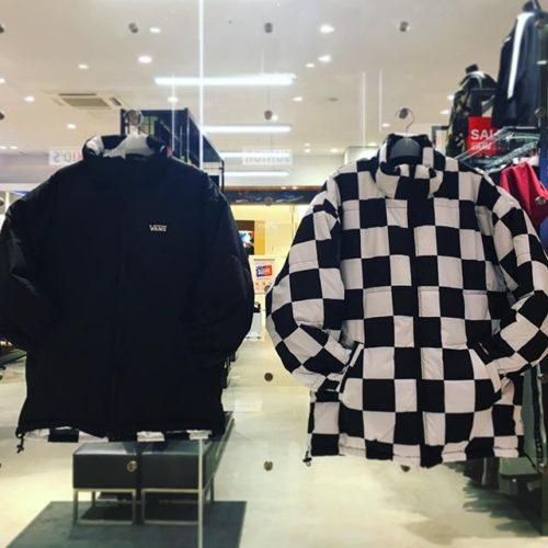 こんにちは ABC-MART SPORTS ららぽーと湘南平塚店です!. . . 本日は新作VANSアパレルのご紹介致します♀️ . リバーシブルで使えるジャケットが入荷! たっぷりのわたがあったかい一品です .カラーは2色展開です️️. . . 是非店内でお試し下さいませ️ . . . VANS Rversible Stand Zip Jacket CD18FW-MJ07 BLACK,RED ¥22,000+tax. . . . ※お取り扱いのない店舗もございます。 ご了承くださいませ。 .