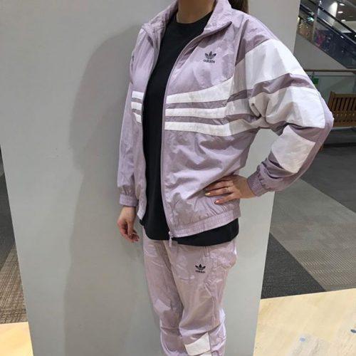 こんばんは ABC-MART SPORTSイオンモール伊丹店です . adidasウェアから 19SSの新作商品をご紹介致します . . シャカシャカ素材のセットアップで ございます . 色味もうすーいパープルで 春っぽいカラーとなっております . 防寒としてもしっかりしており、 中にパーカーなど着込めば 今の季節からでも着れる ウェアとなっております . . 店頭にてご試着してみてくださいませ . W TRACK TOP ¥11,000+tax W CUFFED PANTS ¥7,690+tax W ワンポイントTEE ¥4,290+tax FLCN W ¥9,990+tax . .