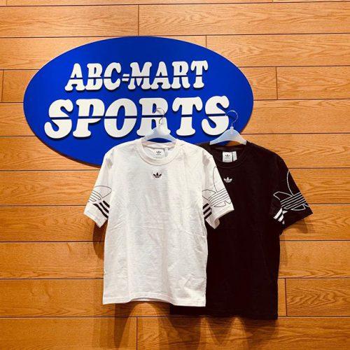 . こんばんは ABC-MART SPORTSららぽーと豊洲店です! . 本日はADIDASの新作 ADIDASウェアのご紹介です . シンプルなデザインながら袖のBIGロゴが ポイントになります。 大人気のトラックパンツとの相性もよく、 春夏に向けて1着あると便利です。 ・ 他にも様々なデザインをご用意してますので 店舗にてご覧になってみて下さい。 . *ADIDAS DU8536 M OUTLIEN TEE WHT 588877-0001 ¥4,490+tax . *DU8145 M OUTLIEN TEE BLK 588862-0001 ¥4,4990+tax . . ※店舗により取り扱いが異なります。 あらかじめご了承下さいませ。 .