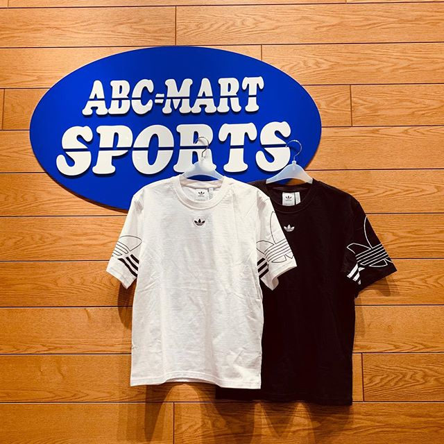 .<br /> こんばんは<br /> ABC-MART SPORTSららぽーと豊洲店です!<br /> .<br /> 本日はADIDASの新作<br /> ADIDASウェアのご紹介です<br /> .<br /> シンプルなデザインながら袖のBIGロゴが<br /> ポイントになります。<br /> <br /> 大人気のトラックパンツとの相性もよく、<br /> 春夏に向けて1着あると便利です。 ・<br /> 他にも様々なデザインをご用意してますので<br /> 店舗にてご覧になってみて下さい。<br /> .<br /> *ADIDAS<br /> DU8536<br /> M OUTLIEN TEE<br /> WHT<br /> 588877-0001<br /> ¥4,490+tax<br /> .<br /> *DU8145<br /> M OUTLIEN TEE<br /> BLK<br /> 588862-0001<br /> ¥4,4990+tax<br /> .<br /> .<br /> ※店舗により取り扱いが異なります。<br /> あらかじめご了承下さいませ。<br /> .