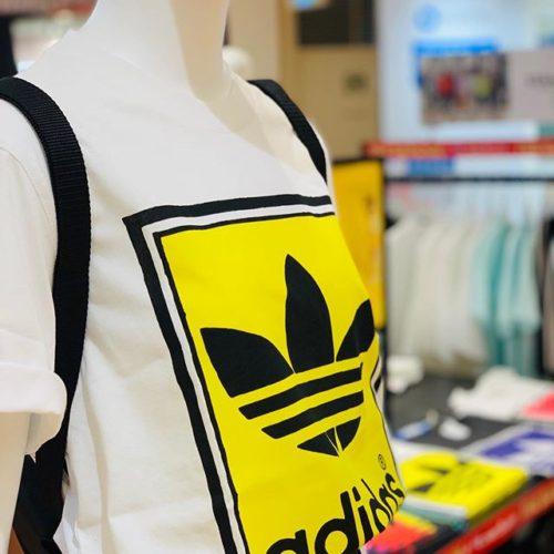 """こんにちは ABC-MART SPORTS アミュプラザ博多店です!! ・ ・ 本日はadidasのTシャツをご紹介いたします🤩 ・ ・ ・ 3つの言語で書かれた""""The Brand With the 3-Stripes""""がデザインされており、背景のカラーがアクセントとなり、とても可愛らしい1着となっております ・ ・ M ARCHIVE PANTONE TEE ED6937 595605-0001 WHT/YEL ¥4,309(in tax) ・ ・ M ARCHIVE PANTONE TEE ED6936 595604-0001 BLK/PUP ¥4,309(in tax) ・ ・ M ARCHIVE PANTONE TEE ED6938 595606-0001 WHT/RED ¥4,309(in tax) ・ ・"""
