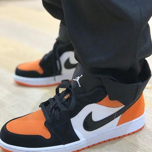 こんばんわ️ ABC-MART SPORTS マークイズ静岡店です! 本日はあの人気カラーを彷彿とさせるAIR JORDAN1 Lowをご紹介致します 通称シャタバと呼ばれるカラーはマイケル・ジョーダンがダンクシュートを決めた時にバックボードを壊したことからShattered Backbordと名付けられました。その時ジョーダンが着用してたユニフォームがオレンジだったからだそうです Nike AIR JORDAN 1Low 128WHT/BLK M553558 12000+tax