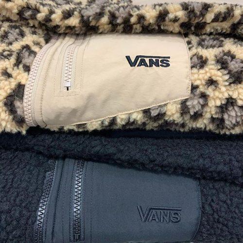 こんばんは ABC-MART SPORTS LECT店です . 皆さん冬も本格的に到来し寒くなっておりますが冬支度は万全ですか?️ . 本日はVANSより活躍間違いなしのアウターをご紹介します! . 今季注目のボアジャケットで暖かさもありシンプルなブラックとトレンドのアニマル柄としてレオパードの2色になります! . さらにリバーシブルに着ることもでき、シンプルなジャケットでありながら中はボアで暖かさのあるジャケットになります♩ . 街でもオシャレに着れてアウトドアにも着れる万能アウターです!️ . その他にもアウター・シューズの新作・お買い得商品共にご用意しております . スタッフ一同心よりご来店お待ちしております! . VANSウェア Half Zip Stand Callar Boa JKT CD19FW-MC11 ¥12.000+tax .