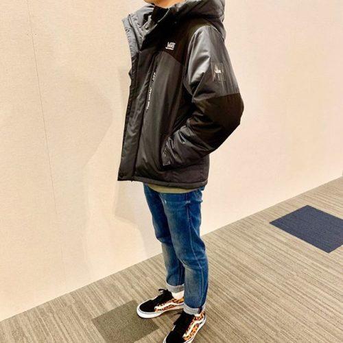 . こんばんは ABC-MART SPORTSららぽーと豊洲店です! . 本日はVANSのジャケットとシューズのご紹介です♀️ . . ジャケットは軽量で暖かく今の時期にぴったりな一着後ろの肩部分にも刺繍がほどこされております シューズはクラシックラインの定番スタイルOLD SCHOOL PROクッション性◎足元に目がいくデザインです . . jacket🧥 VANS INSULATION JAKET CD19FW-MJ06 ¥24,000+tax . . shoes OLD SCHOOL PRO VN0A45JCSXE ¥11,000+tax . . . 是非こちら店頭にてお試し下さい( ・ᴗ・ ) 皆さまのご来店を心よりお待ちしております! .