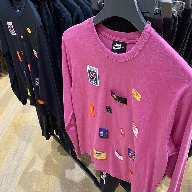 こんにちは<br /> abc-mart sports MARKIS静岡店です!<br /> 本日はレディースのNIKEウェアについてご紹介致します🏾 ・<br /> ・<br /> ・<br /> トップスはロングTシャツでピンクとブラックの2色展開となっております。<br /> NIKEのバッチを数多く配したスポーツウェア。デザインも可愛ければ着心地も抜群です!!🤩🤩🤩<br /> テックフリースパンツもとても動きやすく快適です︎<br /> 是非お試しくださいませ<br /> ・<br /> ・<br /> ・<br /> トップス→ w アイコンクラッシュ L/Sトップ<br /> 603238-0002<br /> ¥5500+tax<br /> <br /> パンツ→ w テックフリースパンツ<br /> 597445-0002<br /> ¥9000+tax<br /> <br /> シューズ→ W AF SHADOW<br /> 599779-0001<br /> ¥12000+tax ・<br /> ・<br /> ・