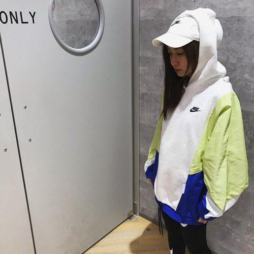 こんにちは! ABC-MARTSPORTS トレッサ横浜店です🦁♪ . . NIKEより新作のレディースモデルのご紹介です🏻♀️ . . 春らしいカラーリングと、異素材をミックスさせたデザインがポイントのプルオーバーフーディ カラーはGRAYとBLACKの2色です! . ルーズフィットで大きめのサイズ感ですが、あえてLをきてチュニック風に着てみても可愛く着れるのでオススメです🤗 . . . W アイコンクラッシュプルオーバーフーディ CJ2030 ¥10,000+tax . W クラブ HW スウッシュレギンス CJ1985 ¥4,500+tax . H86 フーチュラ ウォッシュドキャップ 913011 ¥2,500+tax . . . スタッフ一同心よりご来店をお待ちしております️ . . . .
