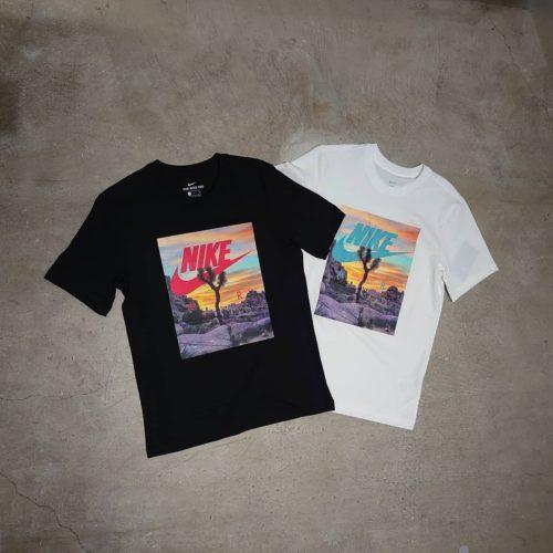こんばんは! ABCーMART SPORTSららぽーと湘南平塚店です . . 本日はNIKEの新作SPRING Tシャツのご紹介です♀️ . 夕日に浮かぶサボテンとイルカのグラフィックが、 それぞれ目を引く一枚となっております🌞 . . この機会に是非お試し下さいませ ※お取り扱いの無い店舗もございます. . . . MフェスティバルフォトTシャツ CT6885 010 BLACK 100 WHITE ¥3,500+tax . Mアクア フォト Tシャツ. CT6591. 010 BLACK. 100 WHITE. ¥3,500+tax. . . .