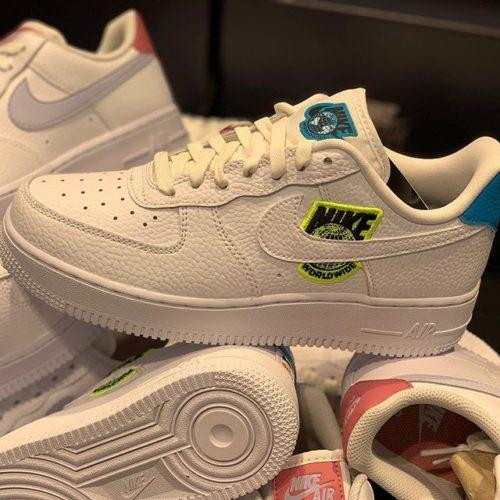 こんにちは! ABC-MART SPORTSアミュプラザ大分店です . . 今回は『NIKE』より新作をご紹介致します . . ナイキエアフォース1'07 LV8は、人気のバスケットボールシューズのオリジナルモデルに新たなテイストを加えた一足で、個性が際立つデザインになっています️ . Nike Worldwideエンブレムに加え、全体に「WORLDWIDE」グラフィックをあしらい、スポーツの団結力とオフコートでの生活の画面を称えています . . 店頭にて是非ご覧くださいませ! スタッフ一同お待ちしております🥰 . . W AIRFORCE1'07 SE WCT1414 101WHITE/WHITE ¥11,000+tax . . WMNS AIRFORCE1 LOW W315115 156WHITE/GHOST ¥10,000+tax . . W NSW TEE WORLD 010BLACK 100WHITE ¥4,000+tax
