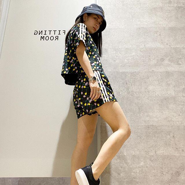 こんにちは<br /> ABC-MARTSPORTS<br /> トレッサ横浜店です🦁♪<br /> .<br /> .<br /> adidasウェアより新作商品のご紹介です<br /> .<br /> .<br /> .<br /> 鮮やかなフローラルのグラフィックが映える夏らしいクロップドTシャツとショートパンツを組み合わせた夏らしい装いにしてみました🤗<br /> .<br /> .<br /> .<br /> セットアップにしたパンツとは別にミニ丈のフレアスカートもございます🏻♀️<br /> .<br /> .<br /> <br /> 店舗によりお取扱いのない場合がございますので予めご了承ください🏻♀️<br /> .<br /> .<br /> W CROPPED AOP T<br /> ¥3,990+tax<br /> .<br /> .<br /> W AOP SHORTS<br /> ¥4,490+tax<br /> W AOP SKIRT<br /> ¥4,990+tax<br /> .<br /> .<br /> スタッフ一同心よりご来店をお待ちしております🥺<br /> .<br /> .<br /> .<br /> .
