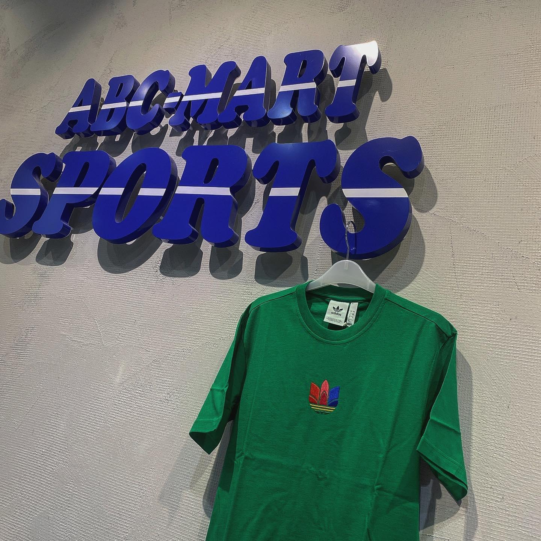 こんにちは️<br /> ABC-MARTSPORTS<br /> トレッサ横浜店です🦁♪<br /> .<br /> .<br /> adidasウェアより新作商品のご紹介です🏻♀️<br /> .<br /> .<br /> .<br /> 70年代ファッションからインスピレーションを得たこのトレフォイルTシャツはレトロな色使いが可愛いお勧めの1着となっております🤗<br /> .<br /> .<br /> .<br /> M  3D TREFOIL TEE<br /> 3color ¥4,490+tax<br /> .<br /> .<br /> スタッフ一同心よりご来店をお待ちしております🥺<br /> .<br /> .<br /> .<br /> .