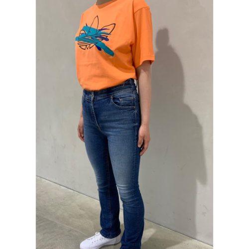 こんにちは ABC MART SPORTS マークイズ福岡ももち店です  本日はadidasコーデのご紹介です!! トレフォイルにブラシペイントのデザインが アクセントのTシャツと新作STAN SMITHを 合わせました🕺 コーラルカラーとSTAN SMITHのピンクが より夏らしい雰囲気に🧡🧡  ぜひ、店頭でお試しくださいませ  ブラシペイント トレフォイルTシャツ FM1545 CORAL ¥3,990+tax  STAN SMITH J  FWWT/FWWT/PPNK ¥6,990+tax  SPORTS