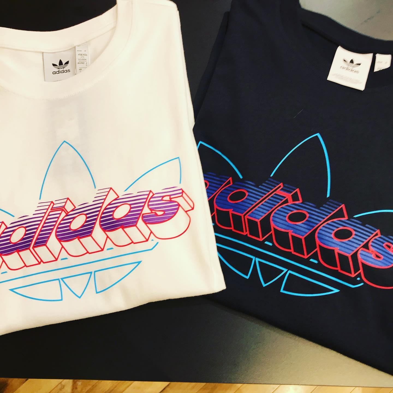 こんばんは<br /> ABC-MARTSPORTS<br /> ららぽーと和泉店です!!<br /> ・<br /> ・<br /> ADIDASからTシャツのご紹介です!<br /> シンプルですがどこか懐かしく感じるグラフィックTシャツです!<br /> blackとwhiteの2色あるのでペアルックにもおすすめです<br /> ・<br /> ・<br /> M TECHY TEE<br /> GD6009<br /> WHT<br /> 3990+tax<br /> ・<br /> M TECHY TEE<br /> GD6010<br /> BLK<br /> 3990+tax<br /> ・<br /> ・<br /> ・<br /> スタッフ一同お待ちしております♂️♀️<br /> ・<br /> ・