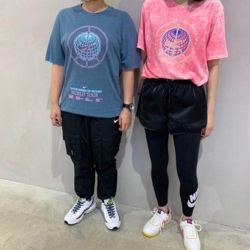 こんばんは!. . ABC-MART SPORTS MARK IS 福岡ももち店です︎. . お盆はいかがお過ごしですか? ・ 本日は、昨日ご紹介したNIKEウェア. 『架空のバンドのWORLD TOUR TEE』を 着用したトータルコーデをご紹介致します!. 男女問わず1枚でキマるおすすめTシャツです. デニム似合わせても相性バッチリですよ️ ・ (右側) M NSW SS TEE MUSIC TOURWASH 684PKSCLE ¥4000+tax . W レガシーHW FUTUR レギンス 011BLACK/WHITE ¥5500+tax . W NSW AIR SHORT SHEEN 010BLACK /WHITE ¥5000+tax . W AF1 SHADOW 105 S WHT/ASTRBL ¥12000+tax. . (左側) M NSW SS TEE MUSIC TOURWASH ※058ASHGRN ¥4000+tax . M NSW NIKE AIR PANT WVN 010BLACK/REFSIL ¥12000+tax . AIR MAX 95 SE 100WHITE/BLUFUR ¥18000+tax ・ ぜひ店頭でご覧、お試しください! ご来店お待ちしております️ ・ ・ .