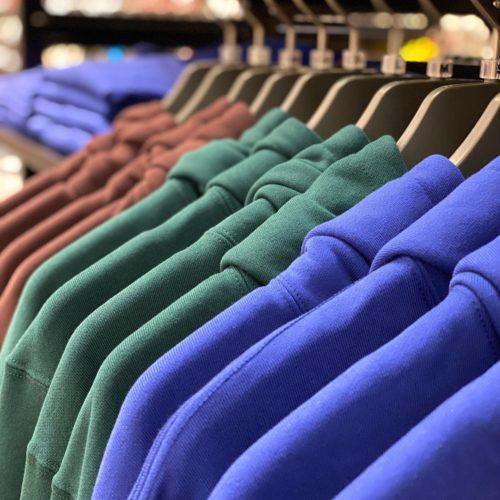 こんばんは️ ・ ABC-SPORTSモリタウン店です︎ ・ 暦も体感もすっかり秋ですね。 ・ 皆さま秋服の準備はお済みですか? ・ 今日はVANSからこの時期重宝するアイテムのご紹介です️ ・ Logo Sweat Hoodie 8,000+tax ・ Logo L/S Tee 5,500+tax ・ Color of the year2020に選ばれたClassic Blueが映えるシンプルながら味のある一着です。 ・ パーカー、ロンT、Tシャツの3型、色はBlue、Green、Brownの3色をご用意しております。 ・ コーディネートにはトレンド感のあるオーバーオール、足元はシーズナルのOLD SKOOLで男女問わずオシャレに。 ・ WIDE OVERALL OLIVE 15,000+tax ・ OLD SKOOL(P.SUEDE) MARSH ・ 是非店頭でお手に取ってご覧下さい。 ・ コーディネート提案もお任せ下さい️ ・ 皆様のご来店、お待ちしております。