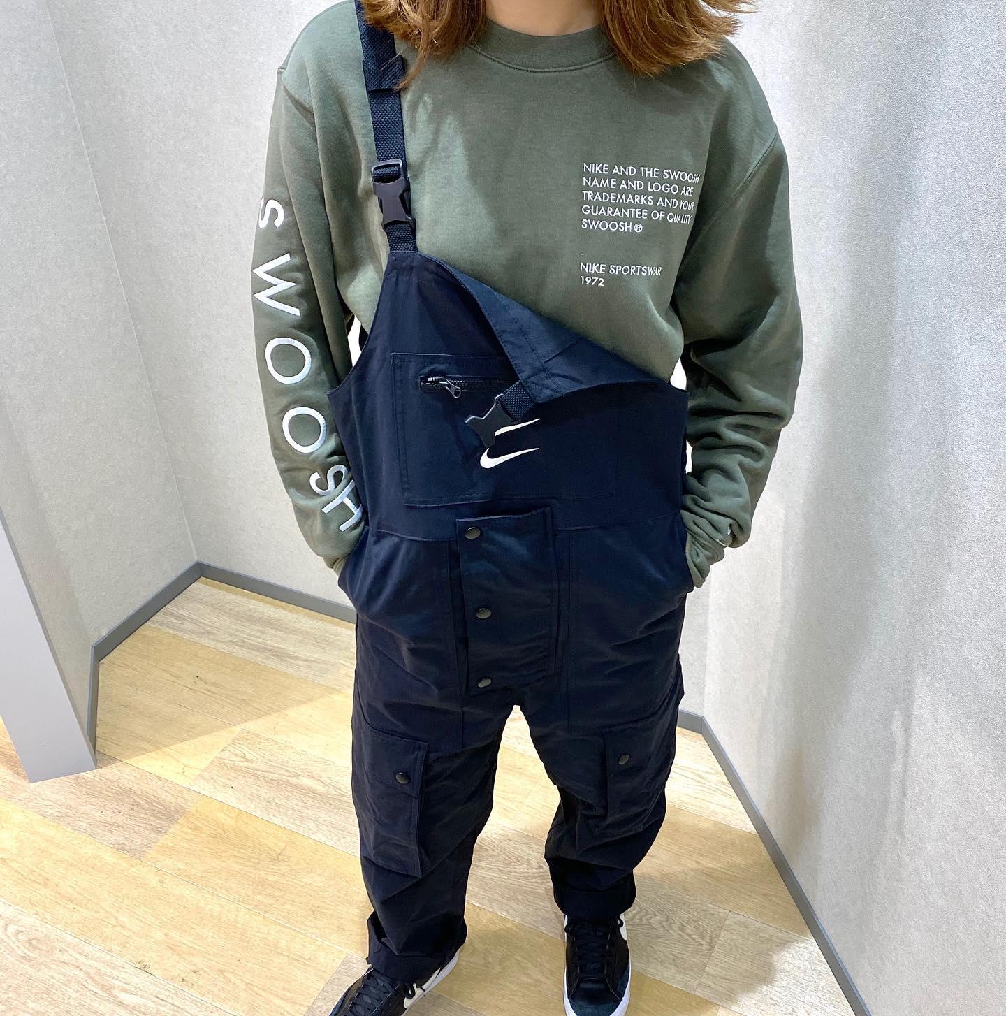 こんにちは🙂<br /> ABCーMART SPORTS ゆめタウン広島店です🏻♀️<br /> <br /> 本日は先日アップした『NIKE』ウェアのご紹介です!<br /> <br /> メンズのサイズ展開ですが、パンツ部分が細身なので<br /> 女性の方でも気軽に着ることができます🧚♀️🧚♀️<br /> <br /> <br /> パンツは着回しが可能で、肩紐で吊ったり<br /> パンツとして着用が可能でオシャレが楽しめます🥳<br /> <br /> 是非店頭にてお試しください🤗<br /> スタッフ一同お待ちしております🏻♀️<br /> <br /> <br /> AS M NSW SWOOSH<br /> クルースウェット<br /> CU3907 380TWLYMH/WHITE<br /> 611031ー0002<br /> ¥8,000+tax<br /> <br /> AS M NSW SWOOSH<br /> オーバーオール<br /> CU3897 010BLACK/WHITE<br /> 611030ー0001<br /> ¥14,000+tax