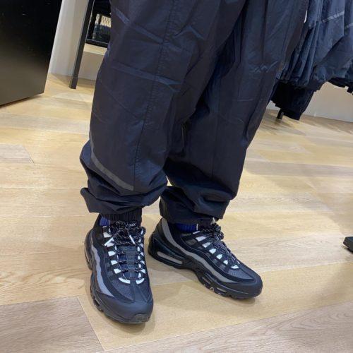 こんにちは!️ ABCーMARTSPORTS MARKIS静岡店です! NIKE AIRMAX95から新色が入荷致しました! 筋肉をイメージしたアイコニックなサイドパネルと 人目を引き付けるカラーが特徴の1足となっております!! 履き心地も抜群に快適に履いていただけます! その他カラーデザインご用意しておりますので、 気になった方は是非お試しくださいませ 皆様のご来店お待ちしております🏼♀️ ・ ・ ・ AIRMAX 95 ESSENTIAL 001 BLK/WHT 601775-0001 ¥16,000+tax ・ ・ ・