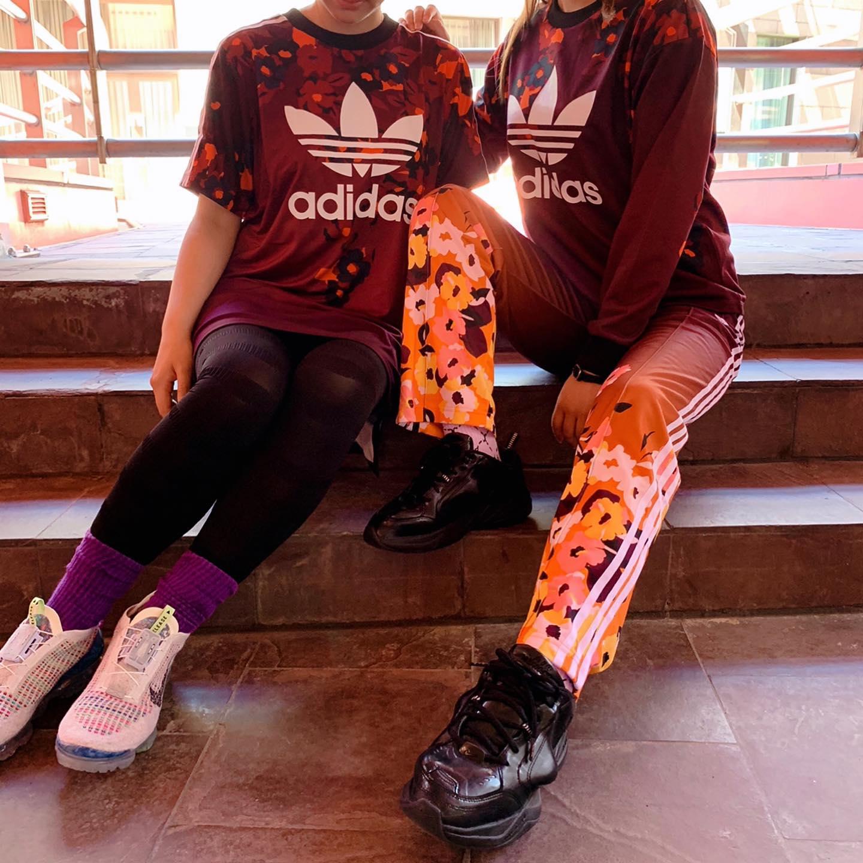 こんにちは<br /> キャナルシティ店です🏽🏾<br /> ・<br /> adidasから秋の新作ウェアのスタッフコーデをご紹介します<br /> ・<br /> 色鮮やかなadidasウェアをセットアップやワンピースで着ると気分上がりますよ<br /> 独特なカラーリングと今から着やすい組み合わせでこれからの季節のコーデを楽しんでいただきたい1着です🟤🟠<br /> ・<br /> 【adidasウェア】<br /> トップス:W CREW SWEATER<br /> GC6836<br /> MULT<br /> ¥7,990+tax<br /> ボトムス:W TARCKPANTS<br /> GC6844<br /> MULT<br /> ¥7,990+tax<br /> ワンピース:W TEE DRESS<br /> GC6846<br /> MULT<br /> ¥4,990+tax<br /> <br /> #アディダス #アディダスコーデ #アディダス女子 #あでぃだす #アディダスオリジナルス #アディダスオリジナルス #アスレジャー #アディダスジャージ