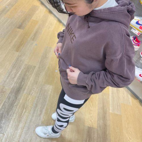 こんばんわ ABCーMART SPORTSモリタウン店です🌳 🏻NIKEコーディネート、シューズのご紹介です︎ ・ 本日、着用しているフーディーは表面は滑らかで裏面起毛加工になっています! 暖かく、柔らかい素材になっておりとても着心地がいいです これからの季節1枚で着られるのでオススメです🌞 ・ 今回は、レギンスで合わせてみました ロングスカートなどでも可愛く着こなせます ・ シューズは、AIR MAX90の新色を履いてみました 所々にピンクも散りばめられていて可愛いです ・ ・ tops▷▷613778-0002 カラー263/MHOGNY/MHOGN ¥7,150+tax 2カラー 613778-0001 カラー224/GRAlN/GRAlN ¥7,150+tax pants▷▷613758-0001 カラー010/BLACK/WHITE ¥4,950+tax shoes▷▷613851-0002 カラー100/SMTWHT/SMTWH ¥13,000+tax いかがでしたでしょうか? 是非店頭で手に取ってご覧下さい! スタッフ一同心よりお待ちしております🏻♀️🏻