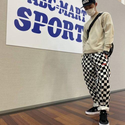 皆様こんにちは!! ABC-MART SPORTSインターパークスタジアム店です 本日ご紹介させて頂くのは『VANS』の新作ウェアです!! : : ・tops ロングスリーブ BEIGE 613561-0004 ¥5,500(tax in) : ・pants ロングパンツ CHECKER 612819-0002 ¥8,250(tax in) : ・shoes SK8-MID (N.VARSITY)BLK 612070-0001 ¥8,800(tax in) : : VANSの代名詞であるチェッカーを大胆に使用したワイドパンツに、人気のアースカラーのLS T-シャツでストリートなスタイルに シューズは使い勝手の良いBLKにさりげないがポイントです️ : : 是非、お近くのABC-MART SPORTSにてお試し下さいませ 皆様のご来店、スタッフ一同心よりお待ちしております
