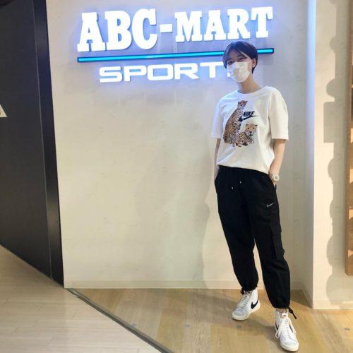 こんにちは︎ ABC-MART SPORTS天王寺ミオ店です 本日はNIKEアパレルの新作を ご紹介させて頂きます。 インパクトのあるアニマル柄が 目を引くTシャツに シンプルながらもデザイン性のある パンツを合わせました🐆🐆 これからの時期、 シンプルにデニムと合わせても 可愛く着れますね🤍 Tシャツ AS W NSW TEE BOY FIERCE DD1486-100WHITE ¥3,850(税込) パンツ AS W NSW ICN CLASH PANT CVS HR CZ9331-010BLACK/DKSKGY ¥9,900(税込) シューズ W BLAZER MID '77 WCZ1055-100WHITE/BALCK ¥12,100(税込) これからたくさんのSS商品が 続々入荷します! 是非、店頭にてご覧ください🥳 皆様のご来店、お待ちしております!