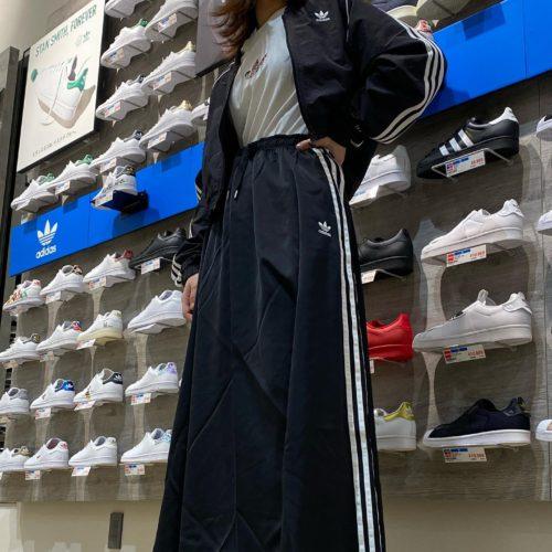 こんにちは 3/20リニューアルオープンしました ABC-MART SPORTS アリオ橋本店です 本日はadidasアパレルを ご紹介させていただきます 今回のオススメは 女性ならではの スカートコーデです ・Outer W SHORT TRACK TOP 品番613079-0001 ¥9889 ・Top's W TEE 品番613108-0001 ¥4389 ホワイト、ブラック2色 ・Skirt W LONG SATIN SKIRT 品番595680-0001 ¥10989 ネイビー、ブラック2色 ・Shoes FORUM LOW 品番612162-0001 ¥10989 シャツインだけでなく 折ってお腹見せもスタイルが 良く見えてオススメです️ 他にも種類豊富に取りそろえておりますので 是非店頭までお越しください️