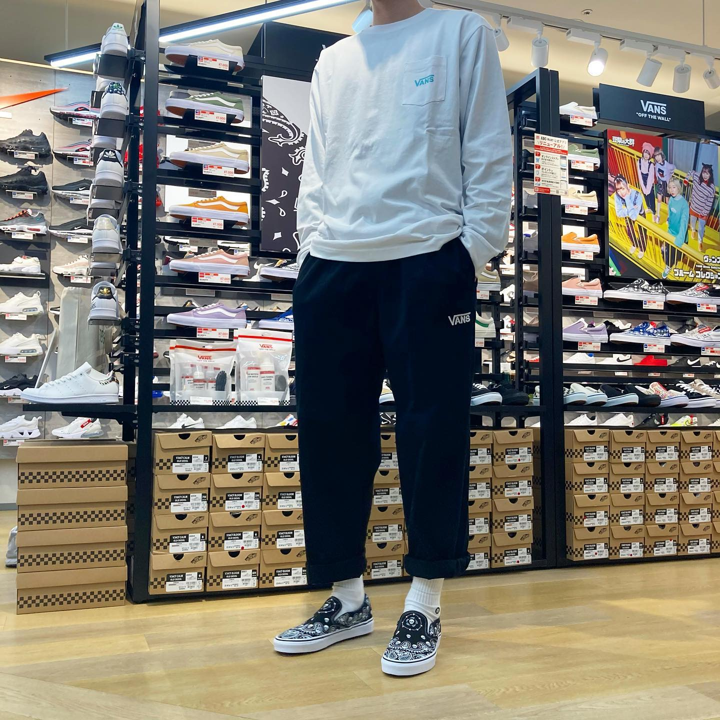 .<br /> こんにちは!🌞<br /> ABC-MART SPORTS熊本鶴屋NEW-S店です!<br /> .<br /> .<br /> 本日はVANSウェアのご紹介です!♂️🛹<br /> .<br /> .<br /> (トップス)<br /> M VANS STANDARD L/S TEE<br /> WHITE<br /> ¥5,500 tax in<br /> .<br /> (ボトムス)<br /> M VANS CHECKER PANTS<br /> BLACK<br /> ¥8,250 tax in<br /> .<br /> (シューズ)<br /> Classic Slip-On<br /> BANDANA BLK/WHT<br /> ¥6,600 tax in<br /> .<br /> .<br /> 是非店頭にてお試しください!<br /> .