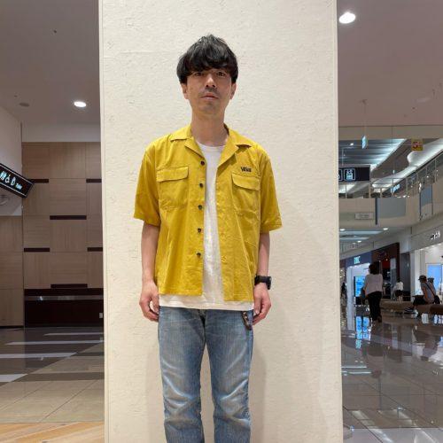 こんにちは ABC-MART SPORTSイオンモール浜松市野店です 気温も30℃近くまで上がっており、気持ち良い日が続いておりますが皆様いかがお過ごしでしょうか 今回はVANSからそんな初夏にピッタリのアイテムをご紹介していきます️ まずはトップス! オープンカラーのレーヨン素材のシャツです! カラバリも豊富で夏の着こなしにピッタリハマります😎 ハーフパンツやサンダルでラフに合わせてみてもすごくかわいい仕上がりになりそうです こちらは3色展開でバンズのアイコンカラー、インパクト抜群のチェック柄も出ております🤤🤤 TOPS M VANS OPEN COLLAR SHIRT YELLOW,BLACK,CHECKER 121H1060200 615149-0001,0003,0004 ¥8,250 tax in お次はシューズです! こちらも話題沸騰中のアイテム🙄 VANSのミュールシリーズです デザインも涼しげでこれからの季節にピッタリの1足です モデル着用はオーセンティックですが、別でオールドスクールやスリッポンもご用意があります 素足でスッキリ合わせるのもありかも知れませんね〜🤔 是非是非要チェックして下さい🥴 SHOES AUTHENTIC MULE BLK/T.WHT VN0A54F76BT 615316-0001 ¥6,050 tax in SLIP ON MULE (CHECK)BLK/WHT VN0004KTE01 578285-0001 ¥6,050 tax in OLD SKOOL MULE BLACK/T.WHITE VN0A3MUS6BT 578836-0001 ¥6,050 tax in その他もここでは紹介しきれない夏物アイテムが多数入荷しております 浜松にお越しの際は是非是非お立ち寄り下さい!! 皆様のご来店心からお待ちしております